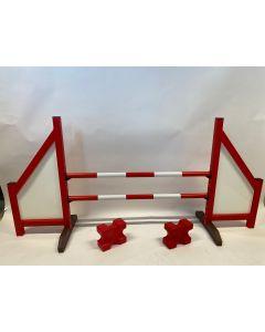 Ostacolo rosso (chiuso) completo di due traverse di salto, 4 supporti di sospensione e 2 bozzelli cavaletti