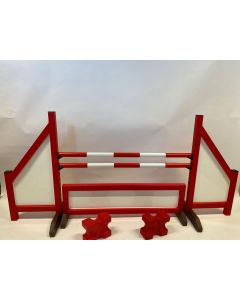 Ostacolo rosso (chiuso) completo di due traverse di salto, 4 staffe di sospensione, recinzione ostacoli e 2 bozzelli cavaletti