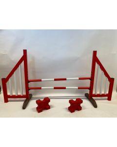 Ostacolo rosso (aperto) completo di due traverse di salto, 4 staffe di sospensione e 2 bozzelli cavaletti