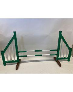 Ostacolo verde (aperto) completo di due traverse di salto e 4 supporti di sospensione